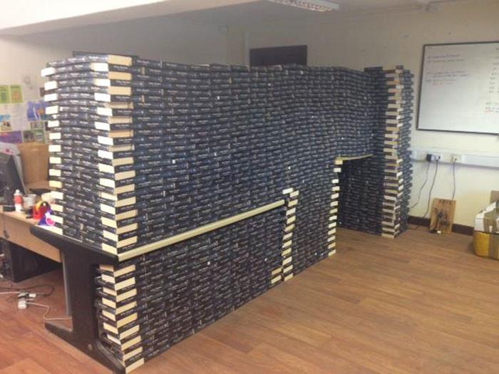 Что нам стоит форт построить? Книжный магазин решил использовать «50 оттенков серого» в качестве строительного материала книги, люди