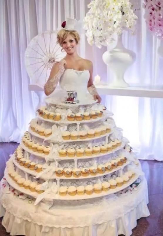 1. Отличный способ сэкономить на официантах невесты, свадебное платье