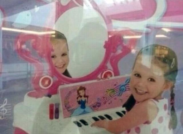 Похоже с её зеркалом что-то не так. зеркала, крипота, отражения