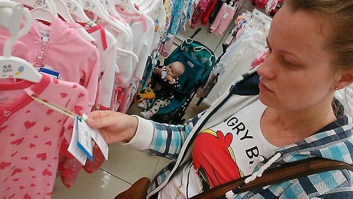 Василиса умеет выбирать одежду - она жует ценники только у любимой фирмы.