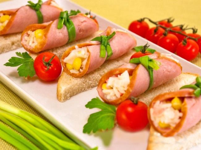 бутерброды с рулетиками из ветчины и салатом