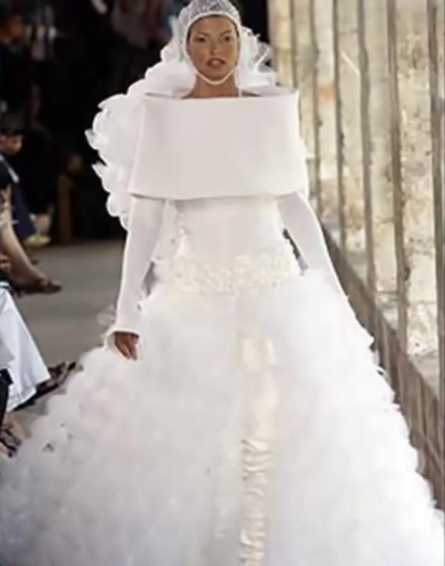 12. Очевидно, она очень стесняется демонстрировать плечи невесты, свадебное платье