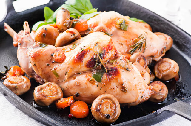 Очень вкусным получается кролик, тушеный в красном или белом вине, шампанском, молоке, сливках, бульоне или сметане