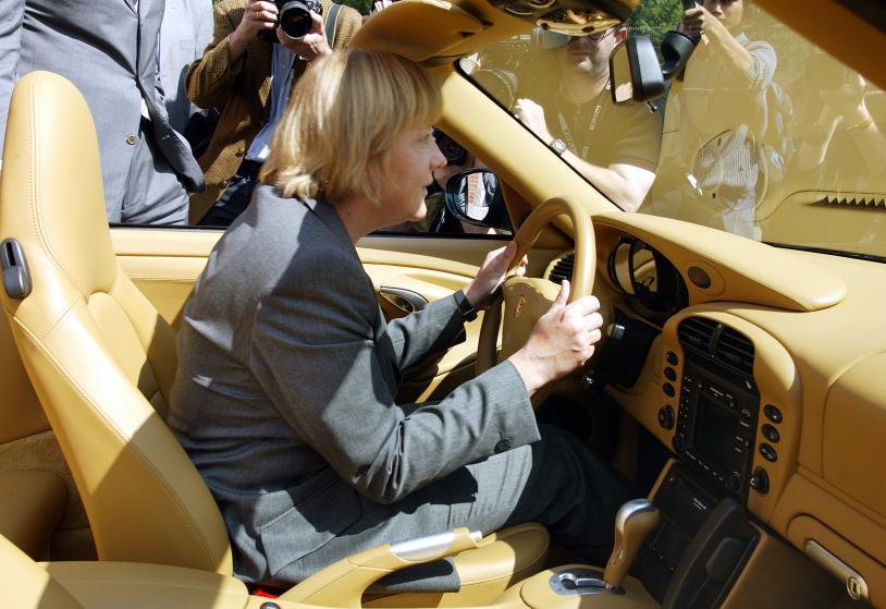 Тогда председатель ХДС Ангела Меркель сидит в Porsche 911 во время визита на завод Porsche в Штутгарте в Германии в 2002 году.