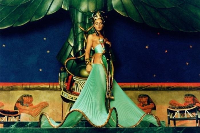 Моника Беллуччи в фильме *Астерикс и Обеликс: Миссия *Клеопатра*, 2002
