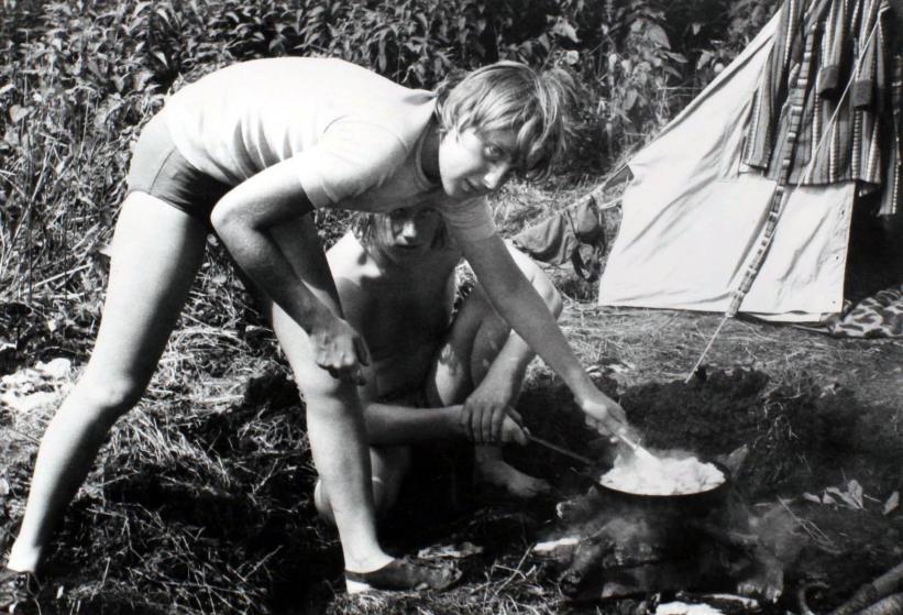 Ангела Каснер готовит еду на костре во время похода с друзьями в Химмельпфорте, ГДР в июле 1973.