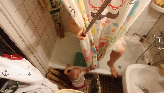 Василиса беспокоится о моей гигиене, поэтому дверь в ванную всегда открыта, и дочка может проверить, достаточно ли мыла я использую.