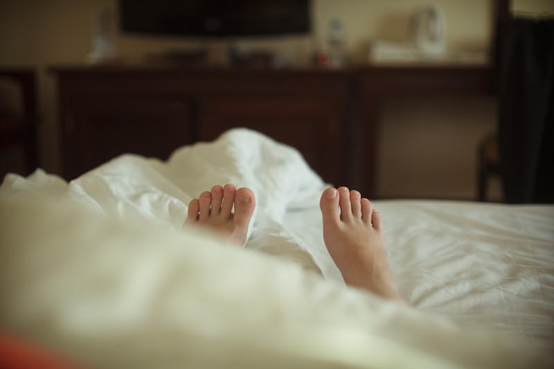 6. Из-под одеял любого размера ваши ноги торчат наружу высокие люди, прикол, проблемы, юмор