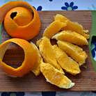С помощью острого ножа срежьте шкурку с апельсинов. Затем нарежьте филе апельсина дольками, с половины второго апельсина выжмите сок. Соберите весь сок в емкость, добавьте лимонный сок, сахар, корицу, перемешайте. В полученный сок поместите морковь и поставьте на 30 мин в холодильник.