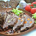 Готовому мясу дать отдохнуть (накрыв фольгой). Нарезать уже остывшее мясо на ломтики и подавать с овощами или любым другим гарниром. Приятного вам аппетита!
