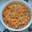 К кускусу добавьте морковь вместе с соком, свежемолотый перец и перемешайте.