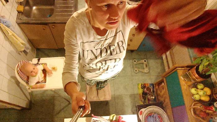 Она загружает и разгружает стирку, предлагает наилучший способ развесить белье, указывает, как правильно гладить папины рубашки.