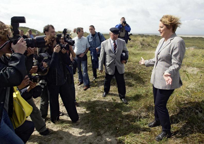 Ангела Меркель позирует фотографам на дюне во время визита на остров Боркум в Северном море. Германия. 2004 год.