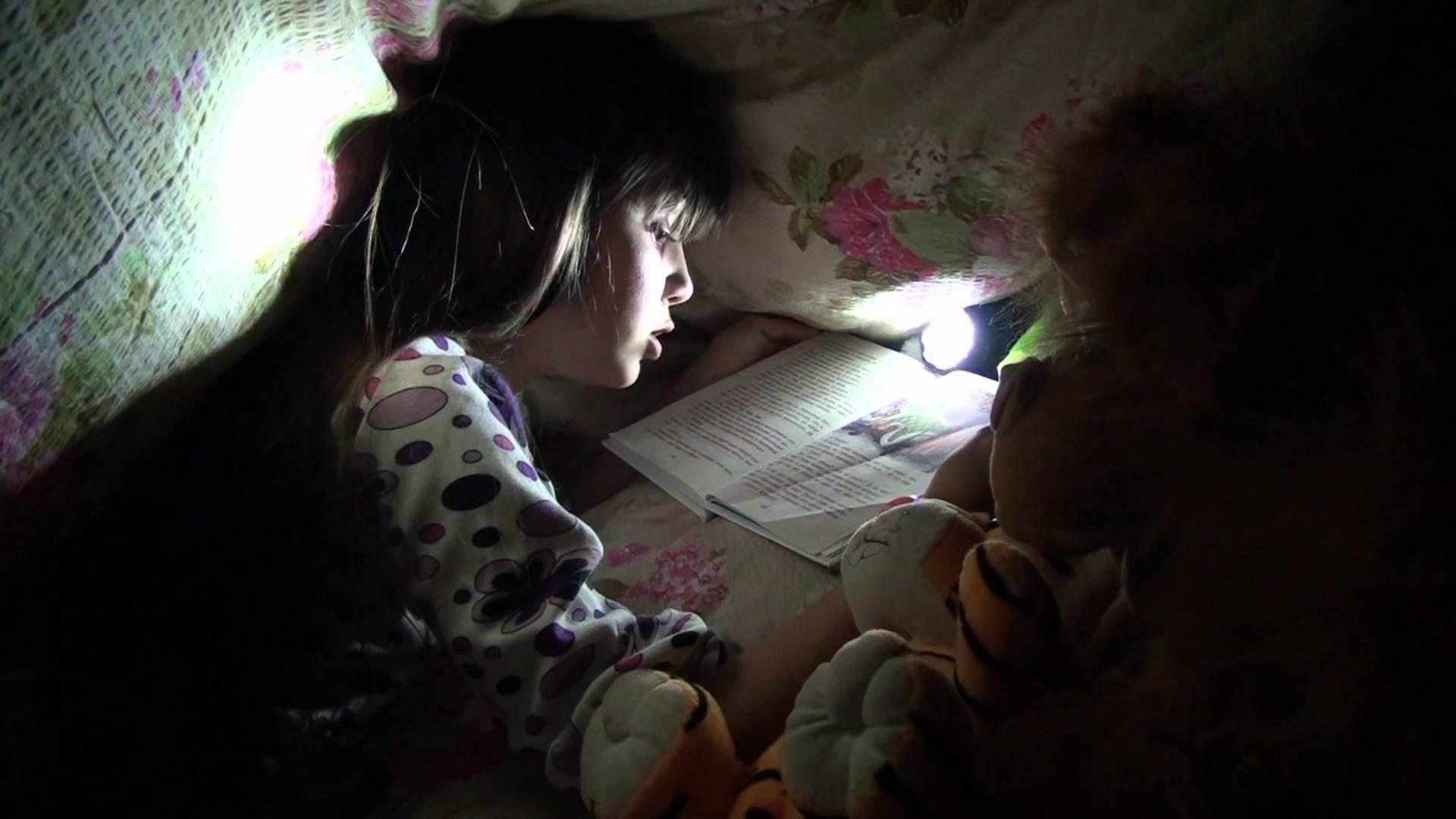 Я взял фонарик и полез к тете под одеяло 2 фотография