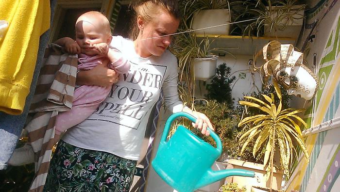 После завтрака Василиса помогает мне поливать цветы на балконе. Заодно она нашла отличную зубную нить для всех своих троих зубов.