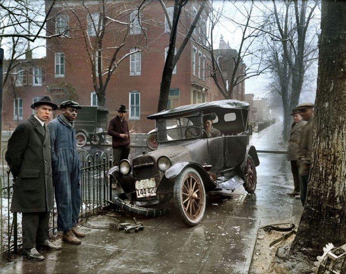 Автомобильная авария. США. 1921 год. Чб фото раскрашено Санной Даллавей.