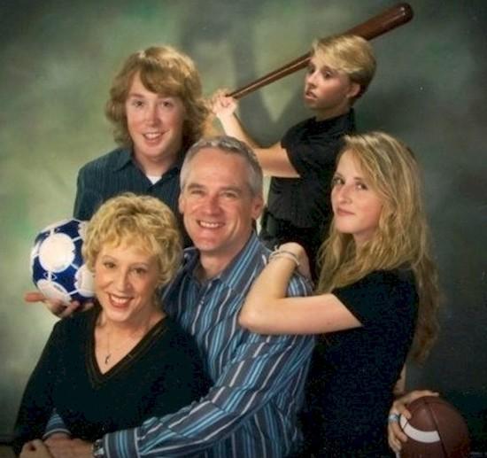 Ребенок с битой во втором ряду явно устал от семейной фотосессии прикол, семейные фотографии, юмор