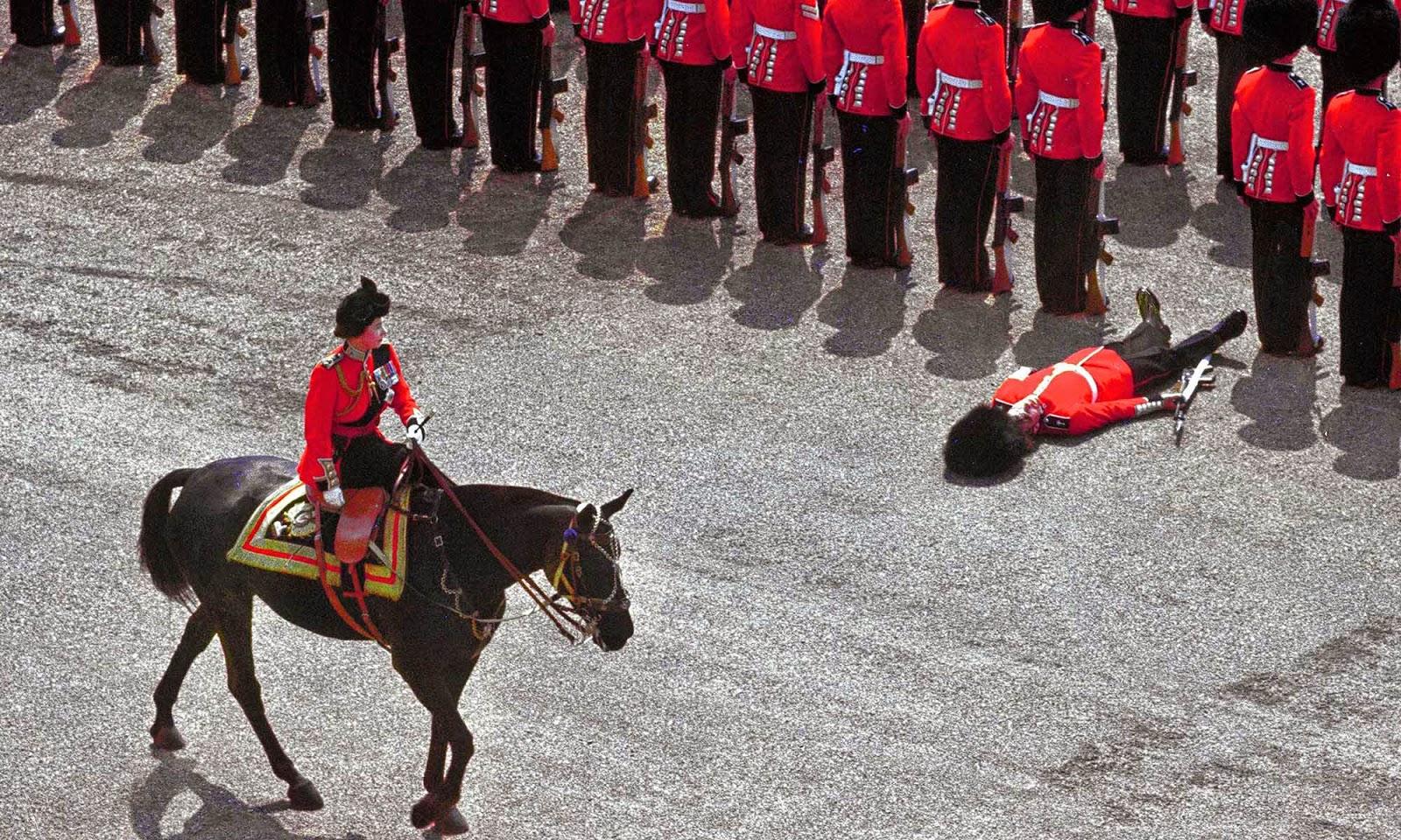 Королева Великобритании Елизавета 2 проезжает мимо потерявшего сознание солдата почётного караула. 1970 год.