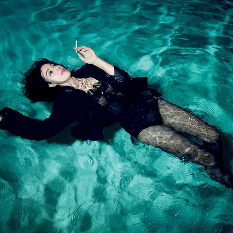 Моника Белуччи в бассейне: великолепна в свои 50 с плюсом красота, моника белуччи