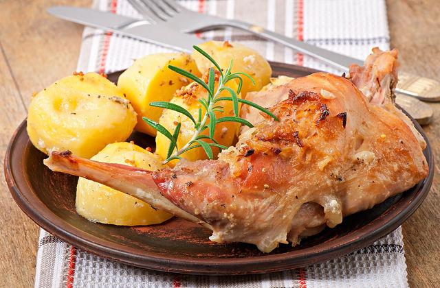 Блюда из кролика очень вкусные и аппетитные, и малышей не придется уговаривать съесть мясо до последнего кусочка