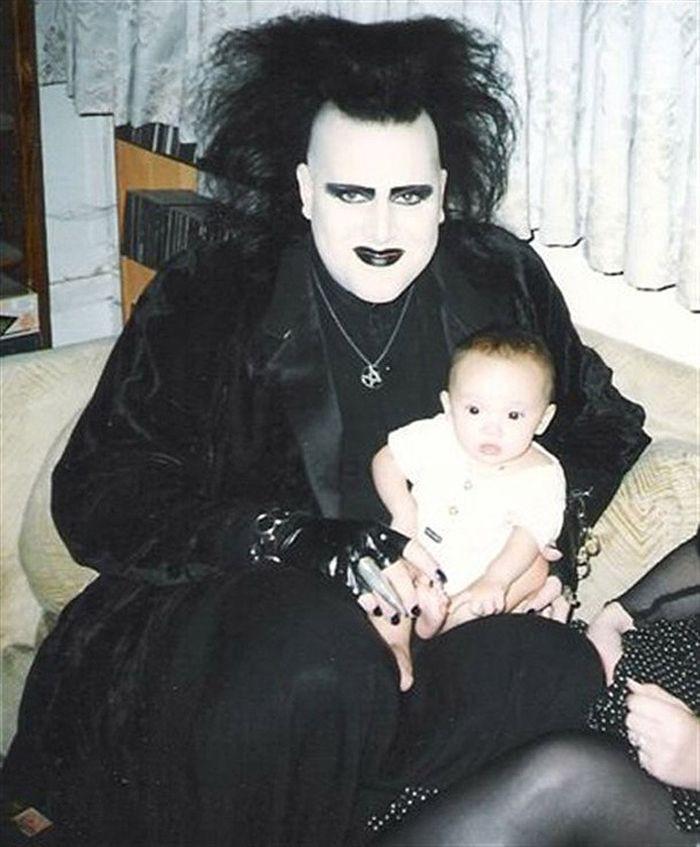 Предположительно, это всеми любимый дядюшка прикол, семейные фотографии, юмор