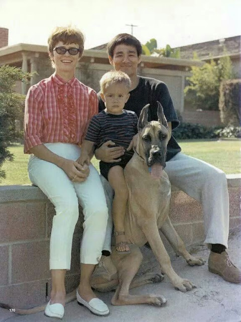 Трогательные семейные фотографии легендарного Брюса Ли. Таким вы его еще не видели! брюс ли, семья
