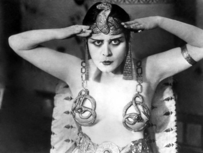 Звезда немого кино Теда Бара в роли Клеопатры, 1917