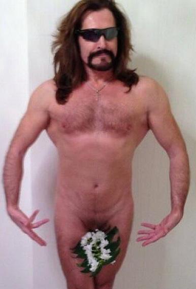 Он поздравил женщин с праздником 8 марта абсолютно голым. . Свое фото-позд