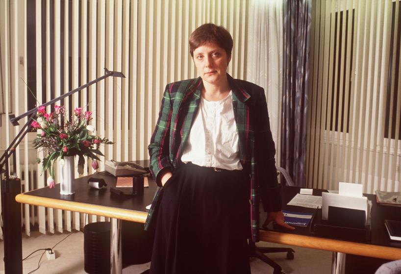 Политик Ангела Меркель в своём офисе в Бонне в Германии 15 февраля 1991 года.