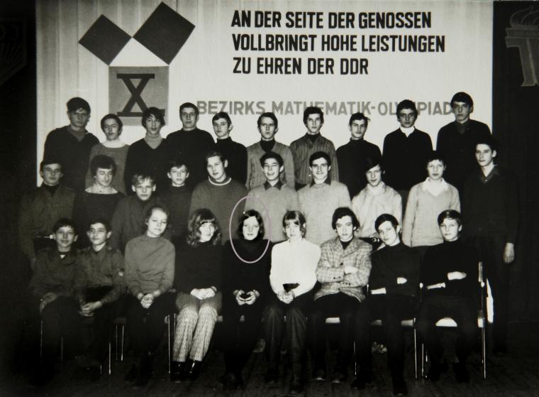Ангела Каснер позирует для группового фото на олимпиаде по математике в Тетерове в Германии в 1971 году.