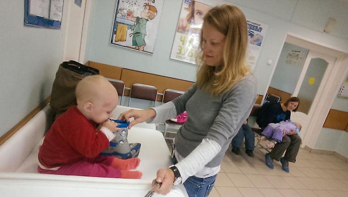 Стоим в очереди в поликлинике. Чтобы не скучать, ношу в кармане игрушки.