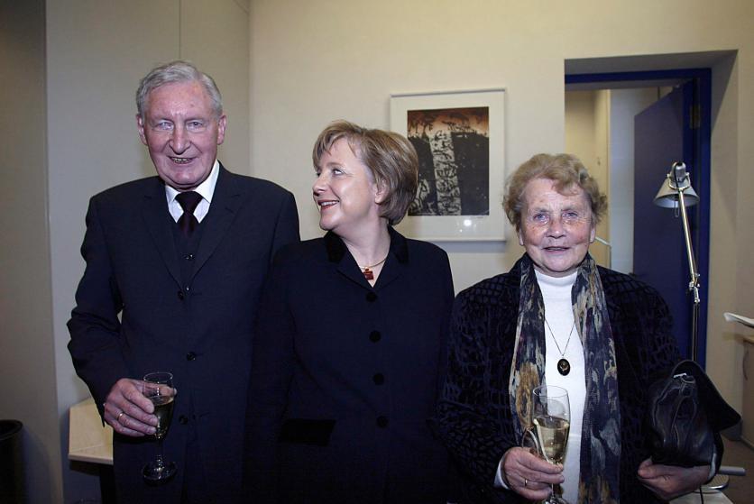 Ангела Меркель накануне своего избрания в 2005 с родителями. Херлинд Каснер, мать Ангелы Меркель, из Гамбурга была учительницей латыни и английского. Её отец Хорст Каснер, уроженец Берлина, был пастором протестантской церкви в Германии.